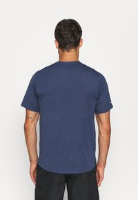 Nike Performance - RUN MILER  - T-shirt med print - thunder blue - 2