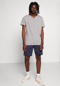 Jack & Jones PREMIUM - JPRBEN SPLIT NECK TEE - Print T-shirt - light grey melange - 1