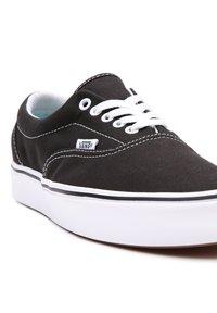 Vans - UA COMFYCUSH ERA - Sneakers - black - 5