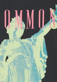 Common Kollectiv - ROSE TEE UNISEX  - Print T-shirt - washed black - 7