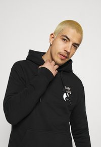 Scotch & Soda - BORN TO LOVE HOODED ARTWORK UNISEX - Sweatshirt - black - 3