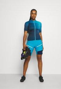 CMP - WOMAN FREE BIKE BERMUDA WITH INNER UNDERWEAR - Krótkie spodenki sportowe - ibiza - 1