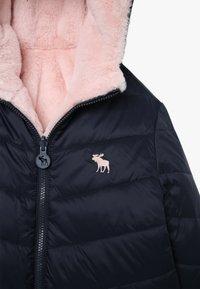 Abercrombie & Fitch - COZY PUFFER - Zimní bunda - navy/pink - 4