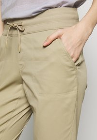 The North Face - WOMEN'S APHRODITE PANT - Outdoorové kalhoty - twill beige - 4