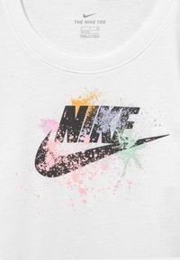 Nike Sportswear - SCOOP FUTURA - Camiseta estampada - white - 2