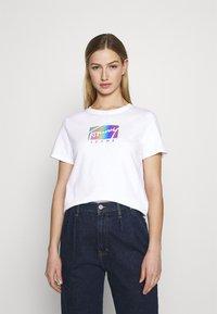 Tommy Jeans - REGULAR METALLIC BOX TEE - Triko spotiskem - white - 0