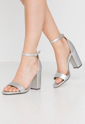 SARAH - Sandały na obcasie - silver