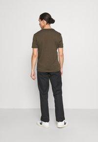 Lyle & Scott - PLAIN - T-shirt - bas - olive - 2