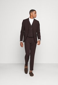 Isaac Dewhirst - THE FASHION SUIT 3 PIECE - Kostym - bordeaux - 1