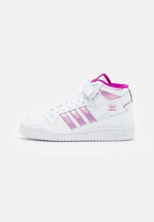 FORUM MID  - Korkeavartiset tennarit - footwear white/sonic fuchsia