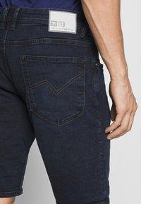 TOM TAILOR DENIM - REGULAR FIT - Shorts vaqueros - blue/black denim - 3
