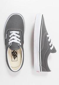 Vans - ERA UNISEX - Sneakersy niskie - pewter/true white - 1