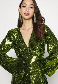 Fashion Union - THUMBELINA - Cocktailkjoler / festkjoler - green - 3