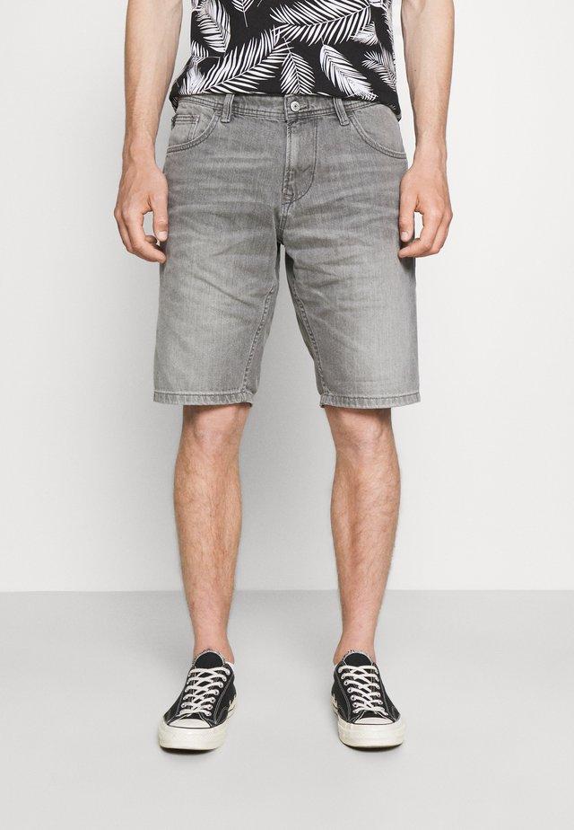 BERMUDA - Shorts vaqueros - light stone grey denim