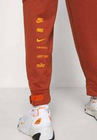 Nike Sportswear - W NSW SWSH - Trousers - firewood orange - 3
