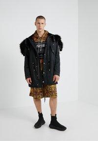 Versace Jeans Couture - Sweat à capuche - gold - 1