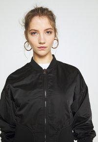 ONLY - ONLJACKIE CROPPED JACKET  - Bomber Jacket - black - 4