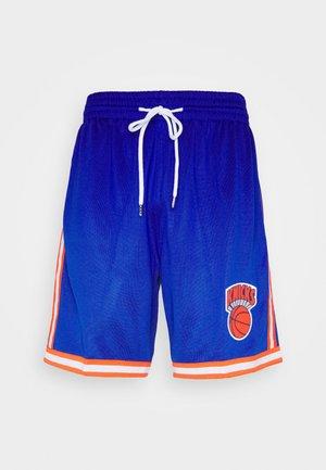 NEW YORK KNICKS NBA OLD ENGLISH FADED SWINGMAN SHORTS - Club wear - capital blue