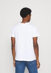 Tommy Hilfiger - CORP STRIPE BOX TEE - Camiseta estampada - white - 2