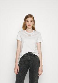 maje - TOPAL - T-shirts med print - blanc - 0