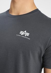 Alpha Industries - Print T-shirt - grey - 4