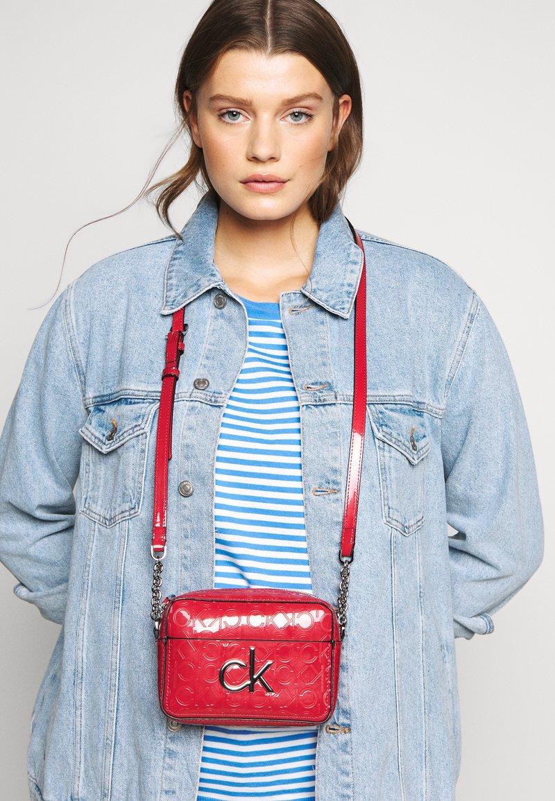 Calvin Klein - RE LOCK CAMERA BAG - Olkalaukku - red