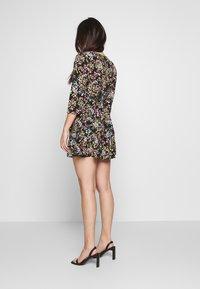 Miss Selfridge Petite - PRINTED SMOCK DRESS - Denní šaty - black - 2