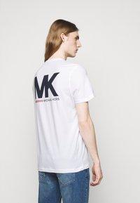 Michael Kors - SPORT LOGO TEE - Print T-shirt - white - 2