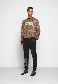 Versace Jeans Couture - FELPA - Teplákové kalhoty - black - 1