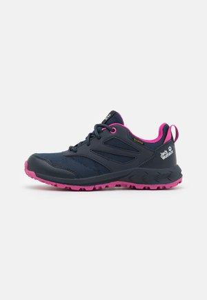 WOODLAND TEXAPORE LOW UNISEX - Obuwie hikingowe - blue/pink