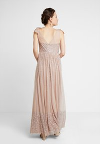 Maya Deluxe - SCATTER EMBELLISHED MAXIDRESS WITH BOW SHOULDER DETAIL - Ballkjole - taupe blush - 2