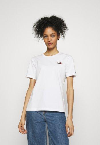 REGULAR FLAG TEE - T-shirts - white