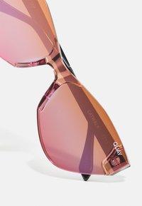 QUAY AUSTRALIA - CATWALK - Okulary przeciwsłoneczne - black/coral/pink - 4