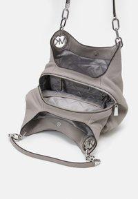 MICHAEL Michael Kors - LILLIE CHAIN TOTE - Handbag - pearl grey - 3