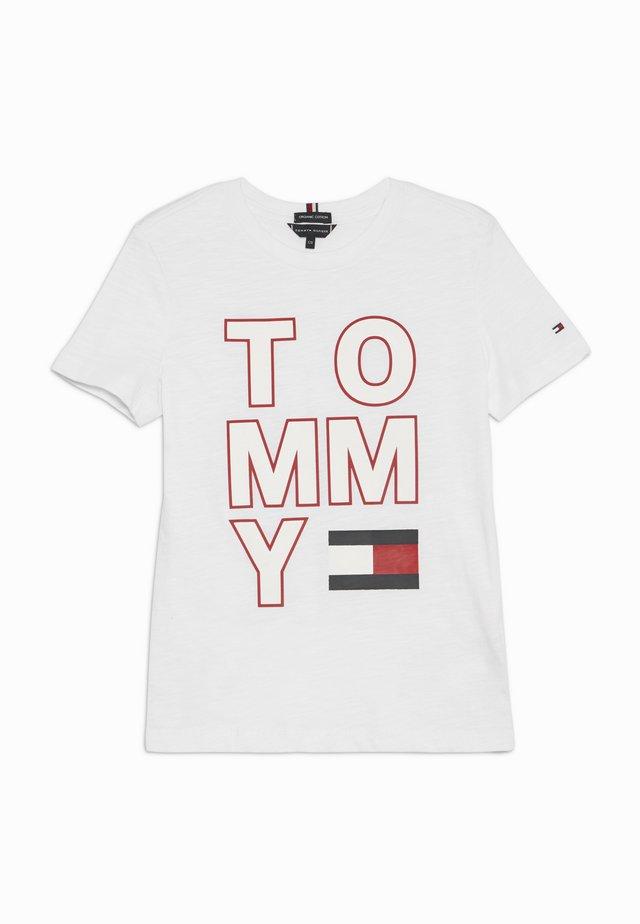 MULTI APPLICATION TEE - Print T-shirt - white