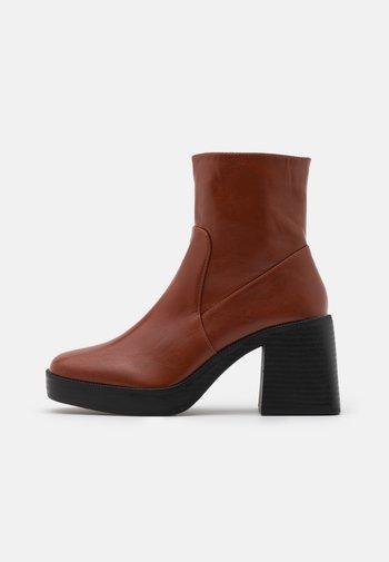 LEXUS - Kotníkové boty na platformě - cognac