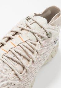 Reebok Classic - ZIG KINETICA - Sneakersy niskie - stucco/chalk/white - 5
