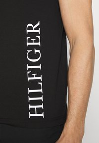 Tommy Hilfiger - SMALL LOGO TEE - T-shirt con stampa - black - 5