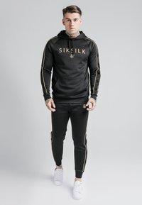 SIKSILK - SIKSILK ASTRO OVERHEAD HOODIE - Felpa con cappuccio - black/gold - 1