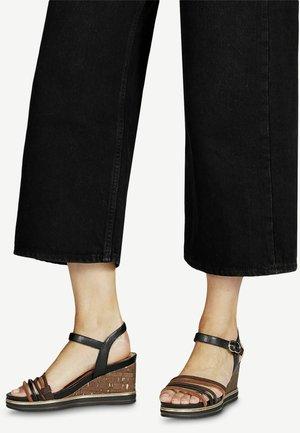 Sandaletter med kilklack - black lea comb