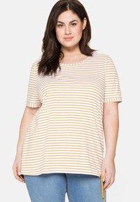 Sheego - Print T-shirt - senfgelb bedruckt - 0