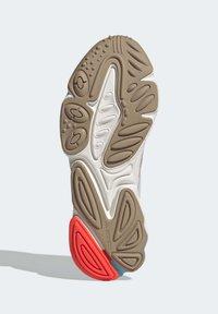adidas Originals - OZWEEGO  - Trainers - white - 5