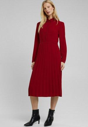 MIT PLISSEE - Shirt dress - dark red