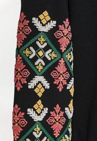 ONLY - ONLBROOKE O NECK FLOWER - Sweatshirt - black - 5