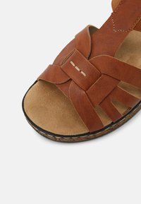 Rieker - Sandály na platformě - braun - 7