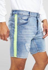 Brave Soul - JACKTAPE - Short en jean - blue wash/yellow stripe - 5