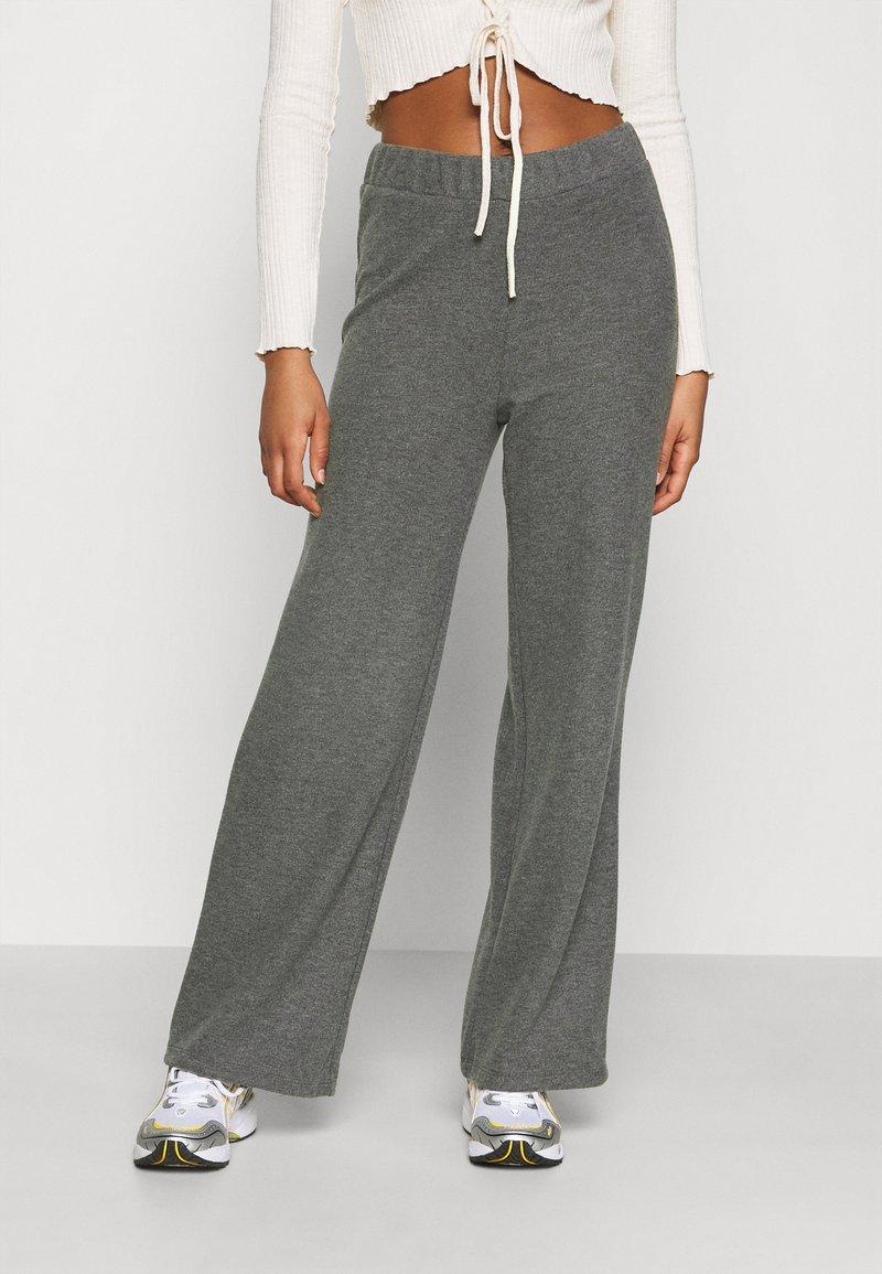 Vero Moda - VMKINSEY PANT - Bukse - dark grey melange