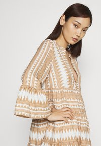 ONLY - ONLNAYA ATHENA DRESS - Denní šaty - indian tan/white - 3