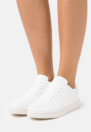 WIDE FIT ALBA RETRO - Sneakersy niskie - white