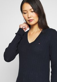 Tommy Hilfiger - INJ MINI CABLE  - Sweter - navy - 4